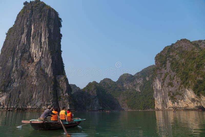Залив Ha длинный, Вьетнам - 24-ое декабря 2013: туристы на маленькой лодке стоковые фото