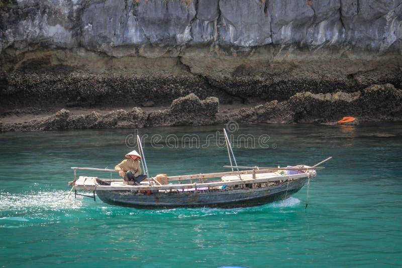 Залив Ha известного места наследия ЮНЕСКО длинный с причудливыми утесами, водой бирюзы и шлюпками стоковое фото