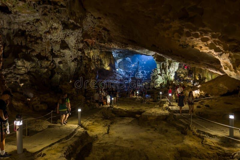 Залив Halong, Вьетнам - 26-ое апреля 2018: Туристы исследуют пещеру спетую видом в заливе Halong стоковые изображения