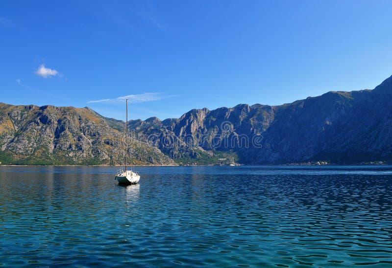 Залив Kotor - море, горы и шлюпка стоковые фото
