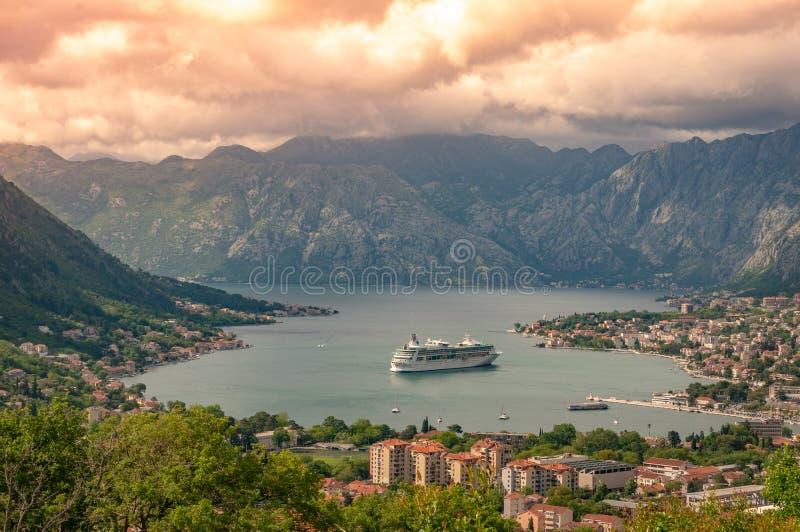 Залив Kotor от высот Взгляд от держателя Lovcen к заливу Взгляд вниз от платформы замечания на горе Lovcen стоковая фотография rf