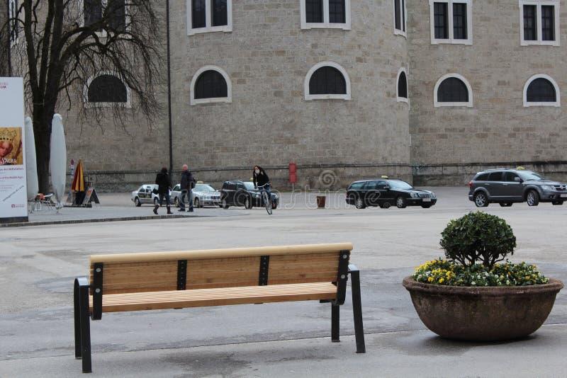 Зальцбург, Австрия - 19-ое марта 2013: Взгляд улиц Зальцбурга в зиме стенд пустой стоковая фотография