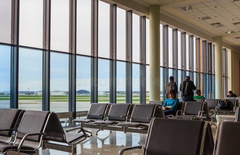 Зал ожидания на авиапорте Sheremetyevo и взлет field стоковые фотографии rf