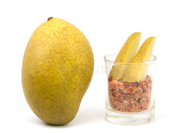 Замаринованное манго на белой предпосылке стоковые изображения