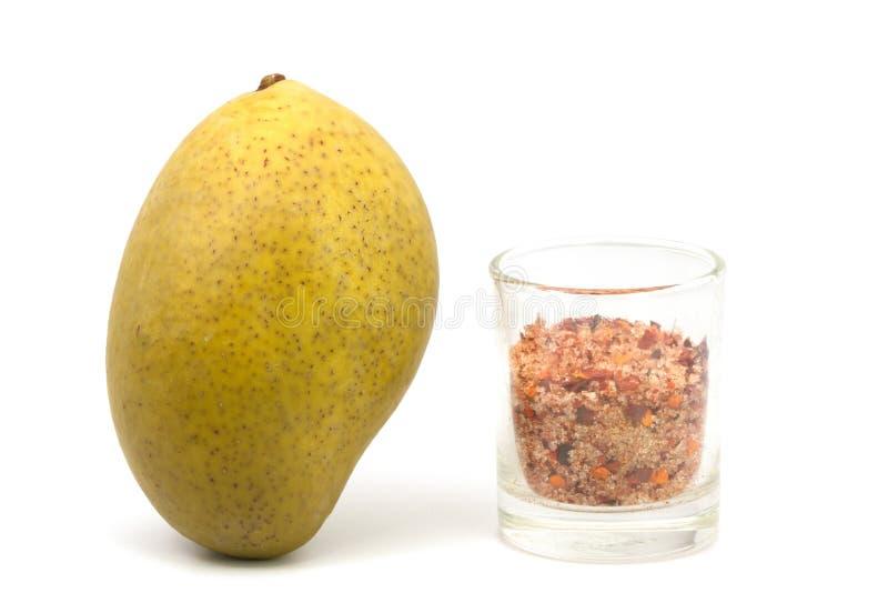 Замаринованное манго на белой предпосылке стоковое изображение rf