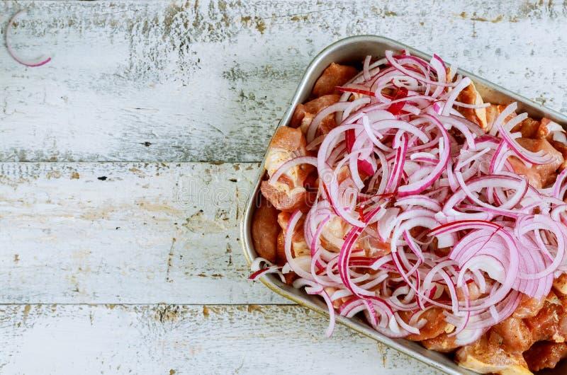 Замаринованное мясо для shashlik барбекю на протыкальниках стоковые фото