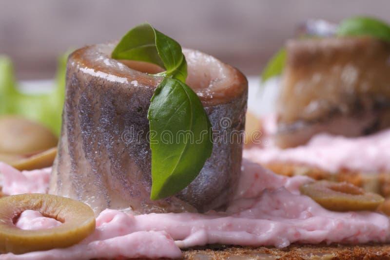 Замаринованные сельди с пинком соуса, зеленым базиликом и оливками стоковые фотографии rf