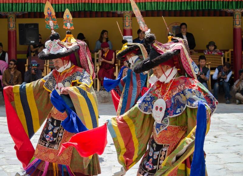 Замаскированные танцоры в традиционном Ladakhi костюмируют выполнять во время ежегодного фестиваля Hemis стоковые изображения rf