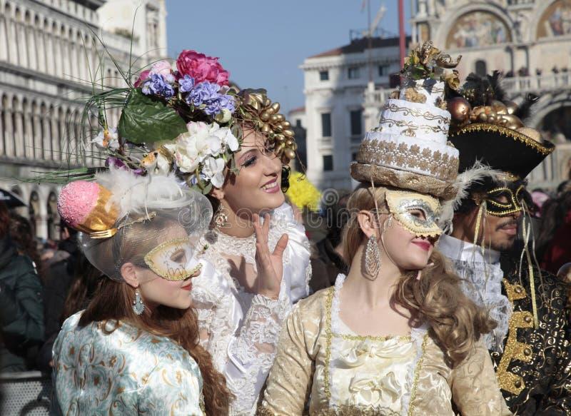 Замаскированные люди в красивом богато украшенном костюме на квадрате Сан Marco, стоковые изображения