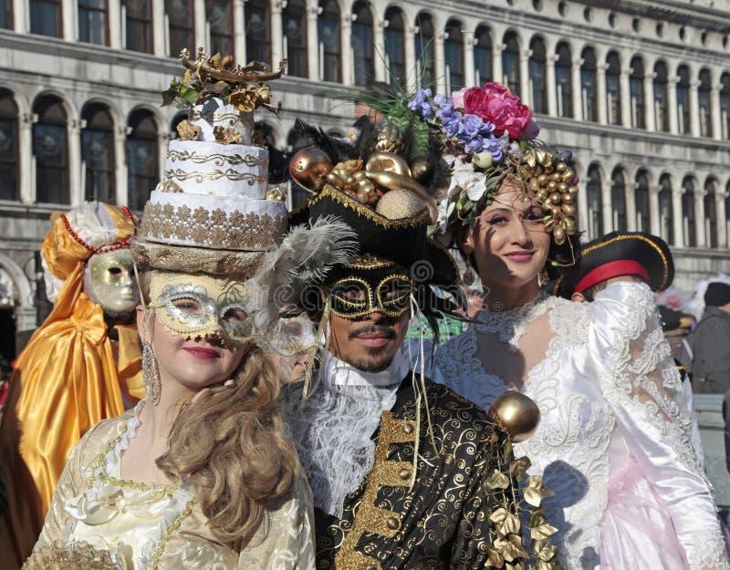 Замаскированные люди в красивом богато украшенном костюме на квадрате Сан Marco, стоковое изображение