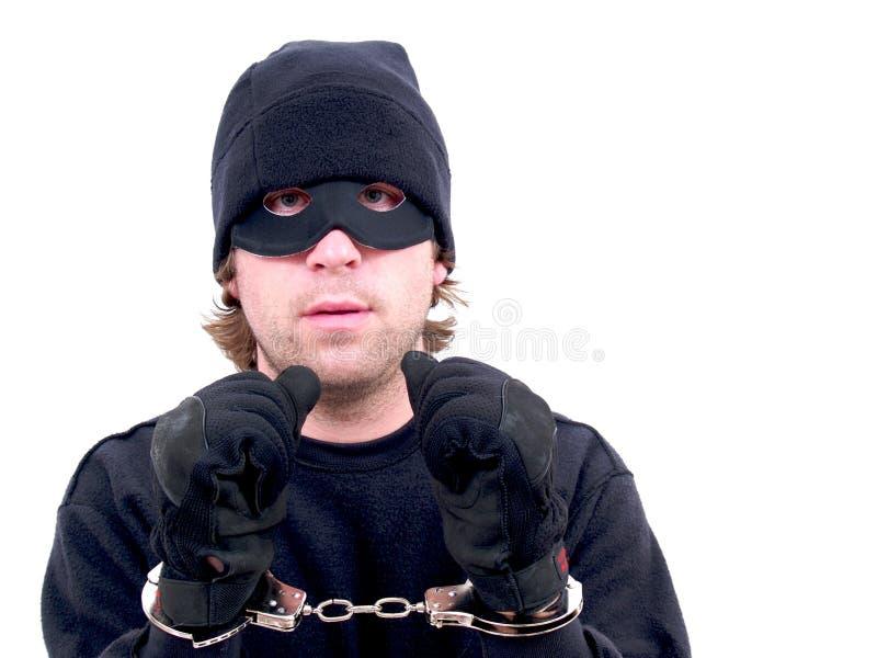 Замаскированный надеванный наручники преступник стоковые фотографии rf