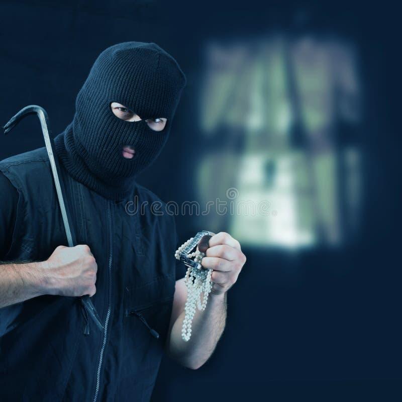 Замаскированный похититель крадя ювелирные изделия стоковая фотография rf