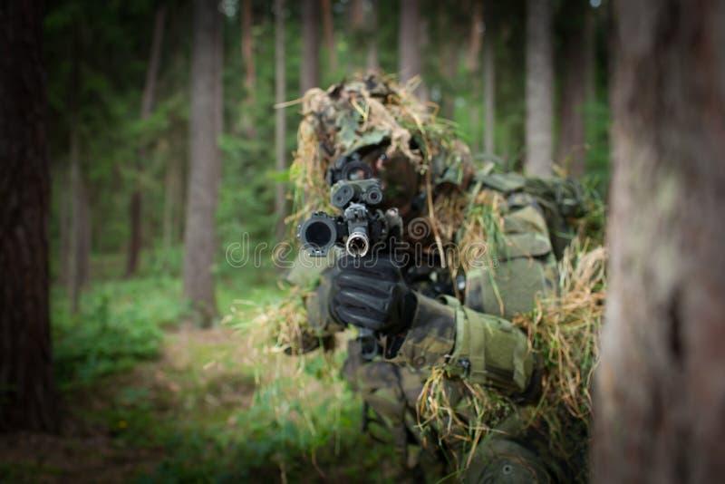 Замаскированный солдат стоковая фотография