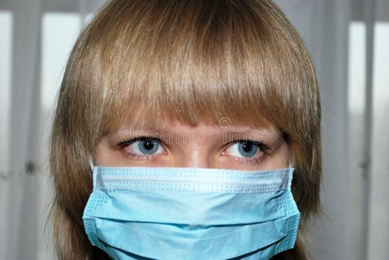 замаскируйте детенышей женщины вируса предохранения стоковые изображения rf