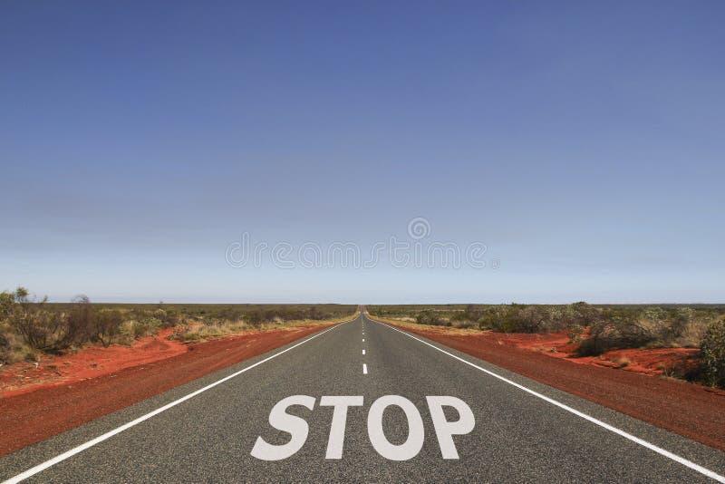 ЗАМЕДЛЯЙТЕ написанный на дороге стоковая фотография rf