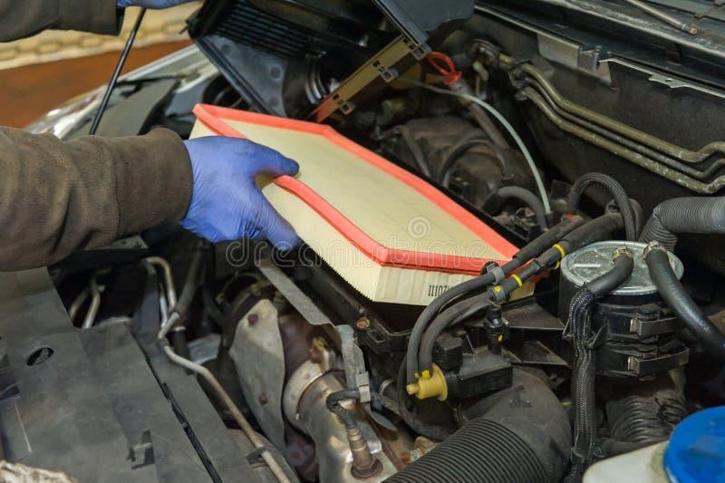 Замена воздушного фильтра автомобиля стоковое фото
