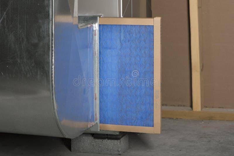 Замена фильтра печи стоковое фото