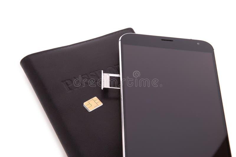 Заменять карточку SIM в телефоне стоковые изображения rf