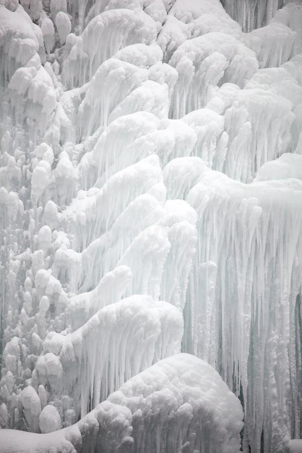 замерзано под водопадом воды стоковое фото rf