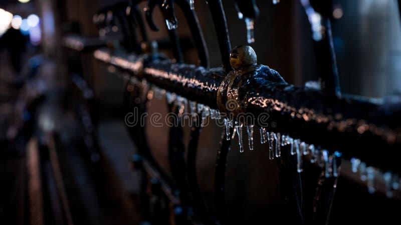 Замерли ледяные сосулек, который утюжат рельс стоковая фотография rf