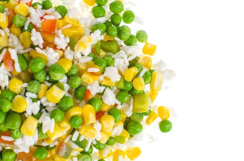 Замерли овощи с рисом изолированным на белой предпосылке стоковые фотографии rf
