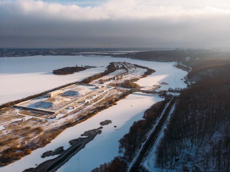 Замерли река и остров, антенна или взгляд сверху от трутня ландшафта зимы со снегом и озером или рекой во льду стоковая фотография