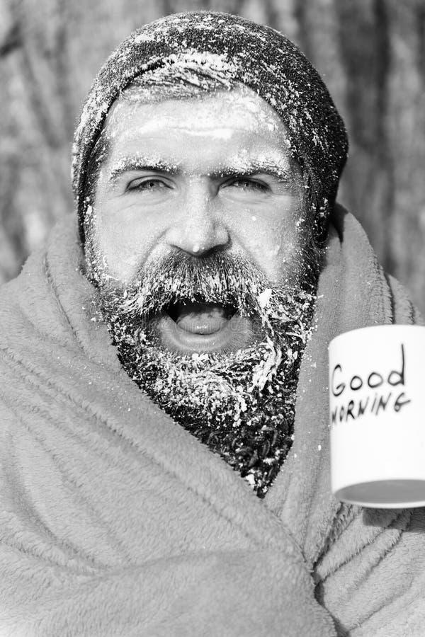 Замерли счастливый человек, бородатый хипстер, с бородой и усиком предусматриванными с белым заморозком в оболочке в оранжевом од стоковые фотографии rf