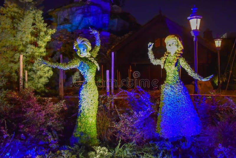 Замерли Elsa и Ана осветили topiaries на красивом пейзаже на Epcot в мире 2 Уолт Дисней стоковая фотография rf