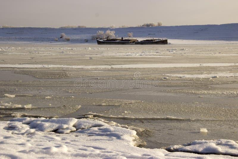замерл вода в сибирском реке стоковые фотографии rf