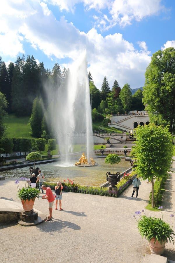 Замечательные взгляды красивого парка около королевского охотничьего домика Linderkhof стоковые изображения