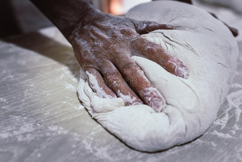 Замешайте хлеб в традиционной хлебопекарне стоковые фото