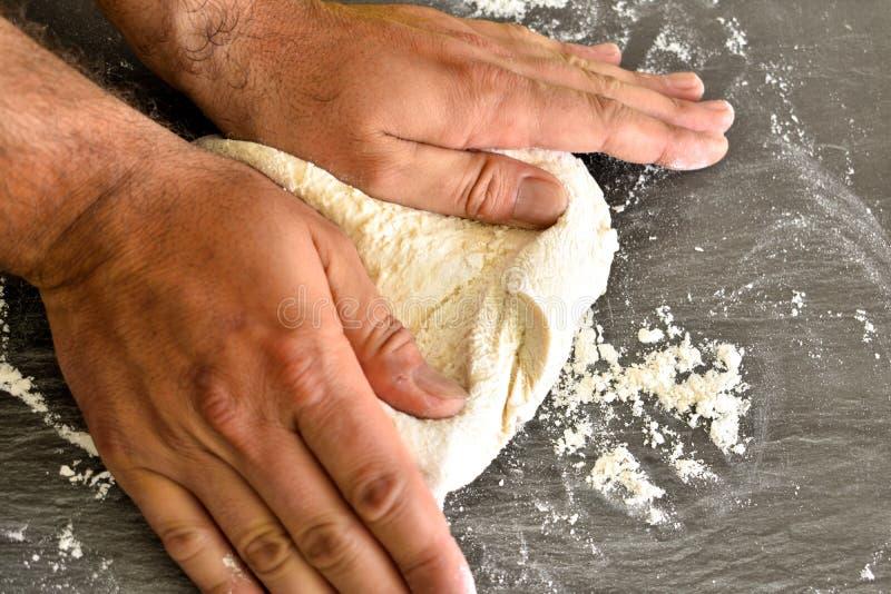 Замешивая тесто пиццы стоковые фото