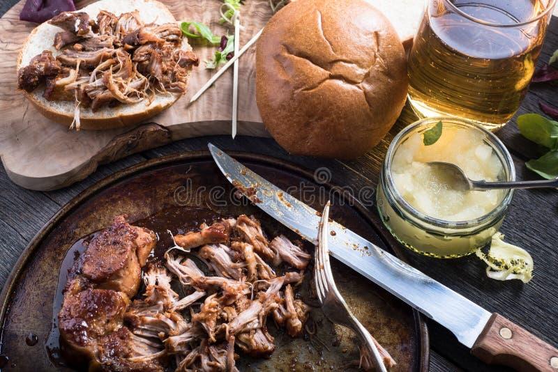 Замедляйте зажаренный в духовке вытягиванный сандвич свинины стоковое фото rf