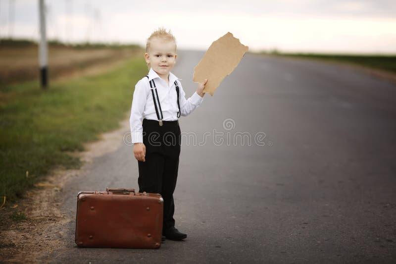 Заминка мальчика на дороге стоковое изображение rf