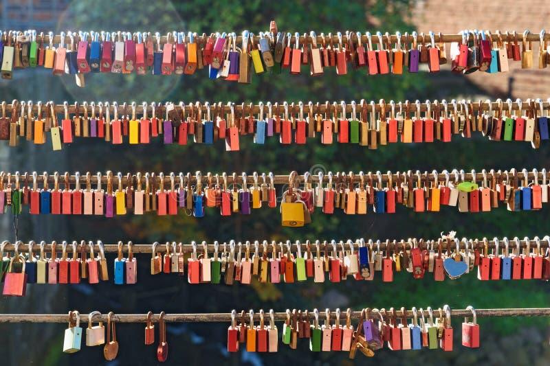 Замки любов на мосте на старой гавани Luneburg r стоковые фотографии rf