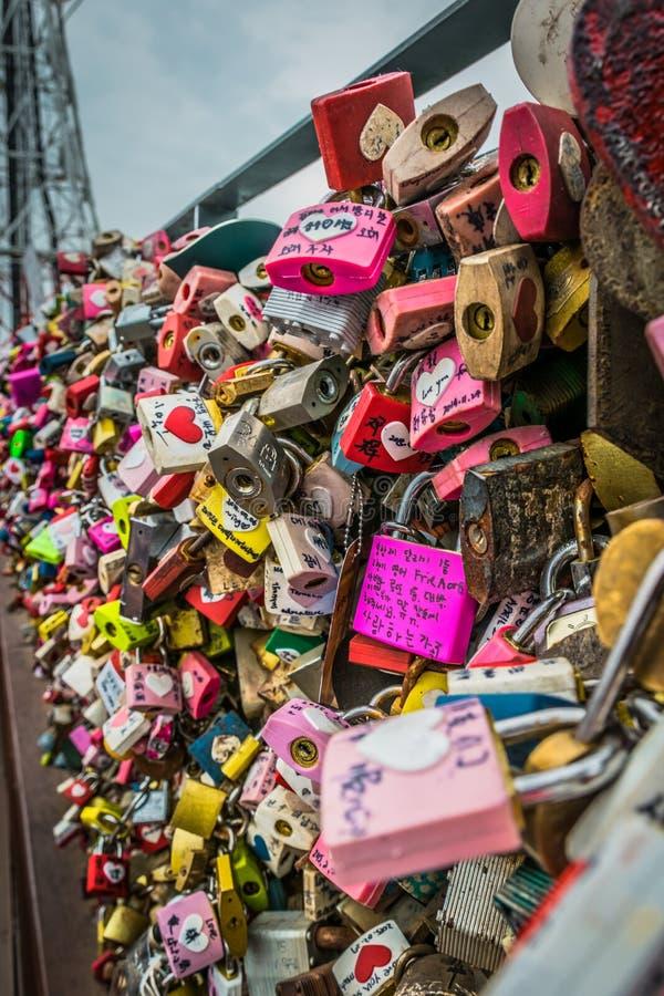 Замки любов, церемонии любов ключевой на башне n Сеула стоковое фото rf