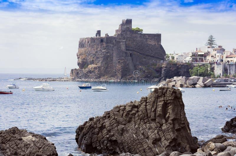 Замок †Acicastello «старый нормандский в Acitrezza, Катании, Сицилии стоковые фотографии rf