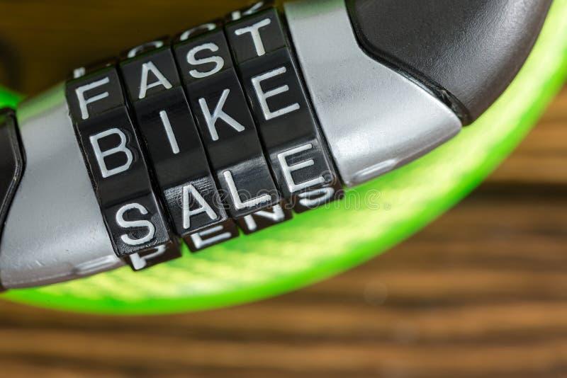 Замок велосипеда комбинации письма - голодает продажа велосипеда стоковое изображение rf
