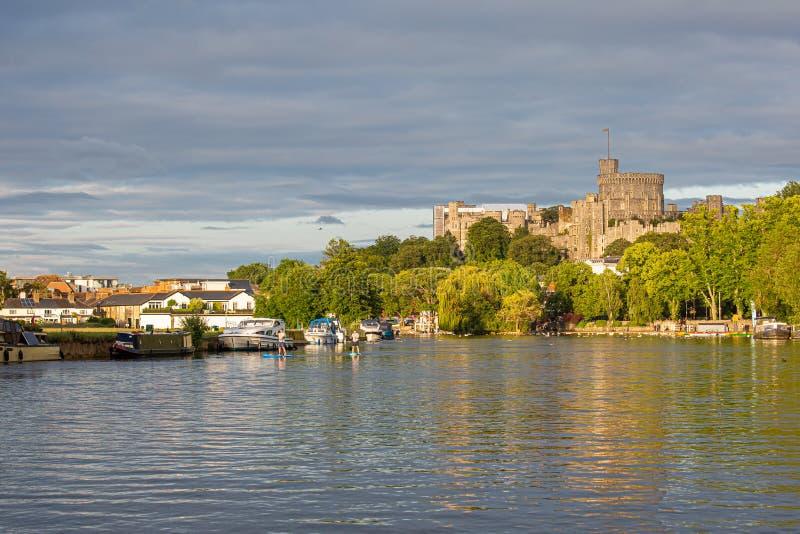 Замок Виндзор обозревая реку Темза, Англию стоковые изображения rf