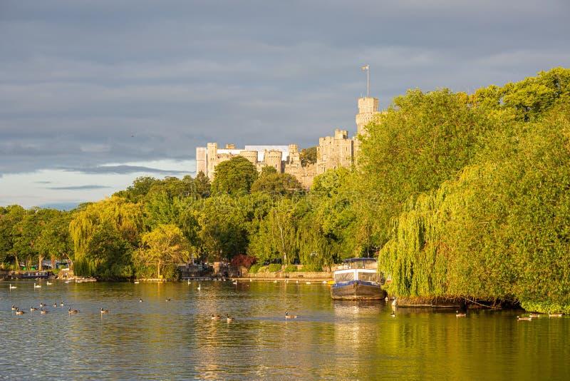 Замок Виндзор обозревая реку Темза, Англию стоковое изображение