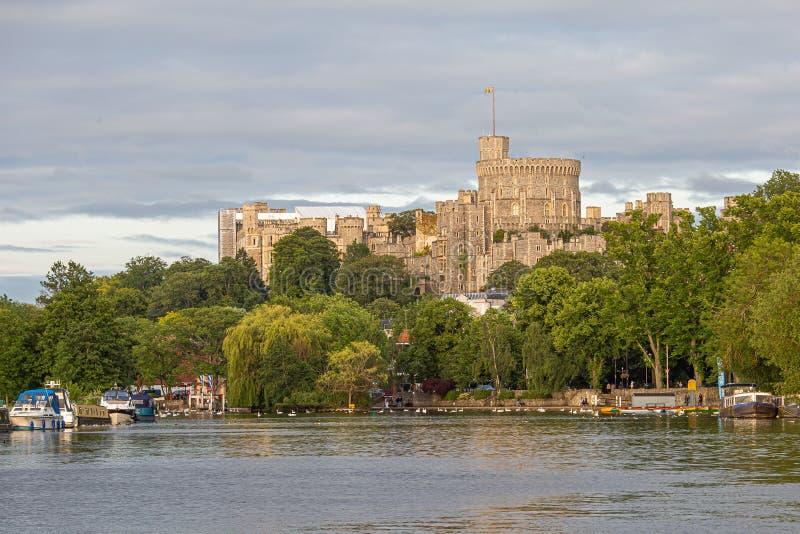 Замок Виндзор обозревая реку Темза, Англию стоковое фото