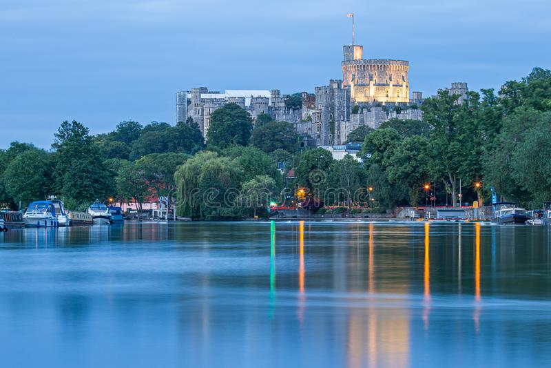 Замок Виндзор обозревая реку Темза, Англию стоковые фото
