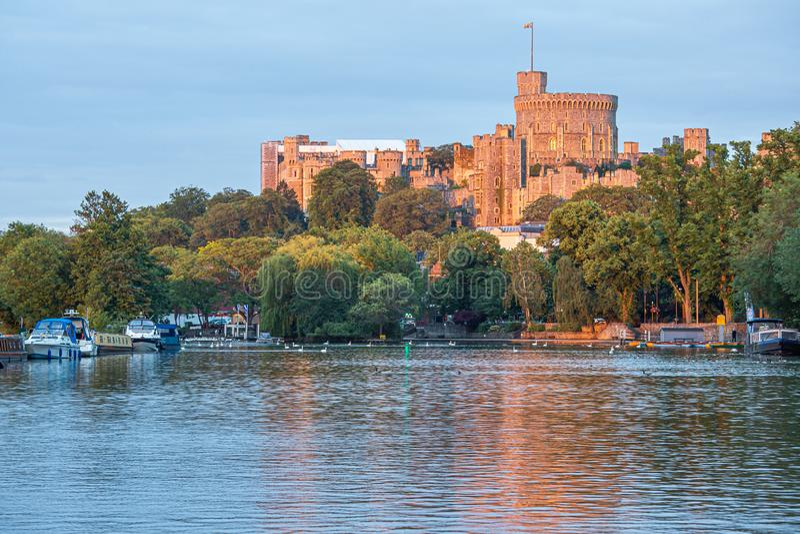 Замок Виндзор обозревая реку Темза, Англию стоковые изображения