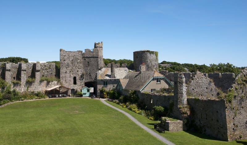 замок внутри более manorbier стен вэльса стоковое фото