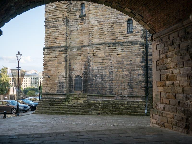 Замок держит замка Ньюкасл увиденного через свод моста рельса стоковые фотографии rf