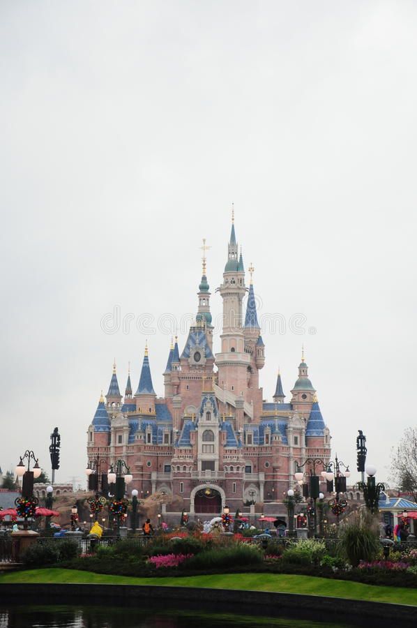 Замок Дисней в парке Диснейленда в Шанхае стоковые изображения rf