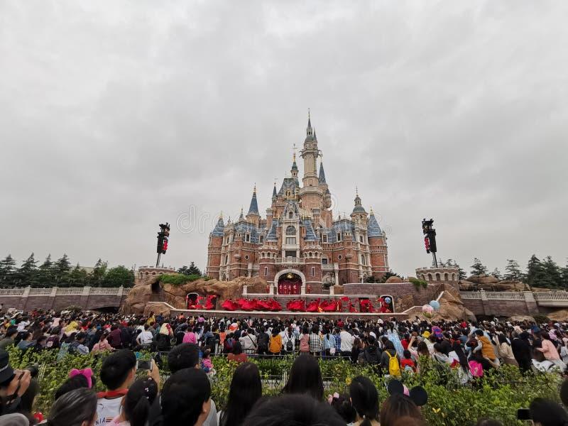 Замок Дисней шоу @, земля Шанхая Дисней, Китай стоковое изображение