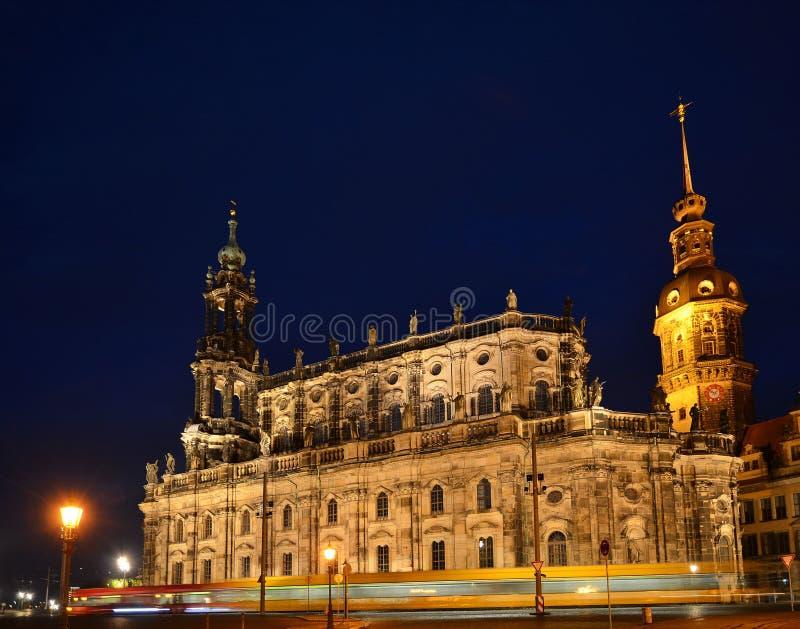 Замок Дрездена или королевский дворец к ноча с трамваем, стоковые изображения