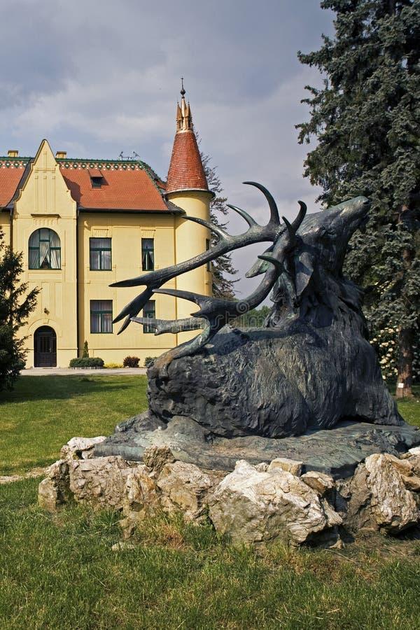 Замок звероловства с статуей оленя стоковое изображение