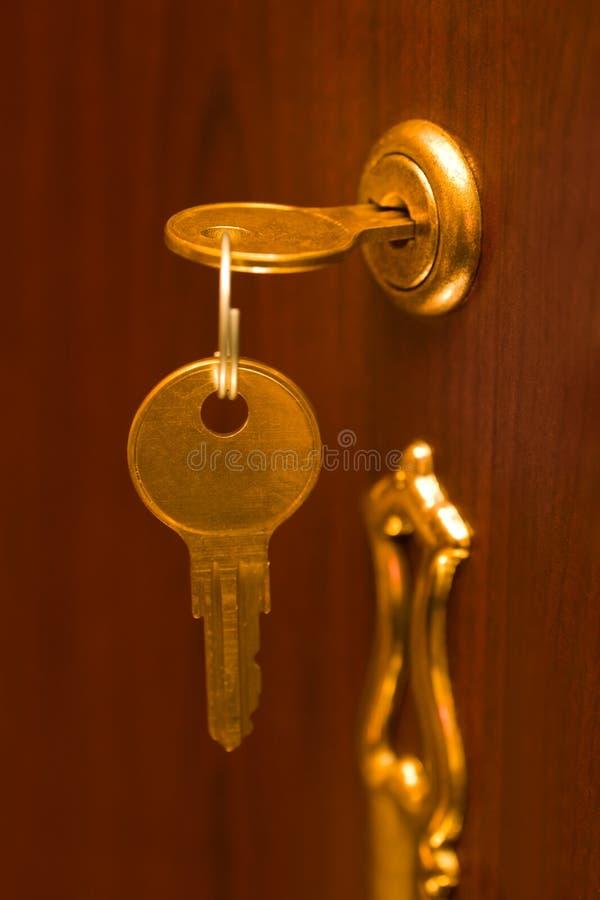 Download замок золотистого ключа стоковое фото. изображение насчитывающей древесина - 6866896